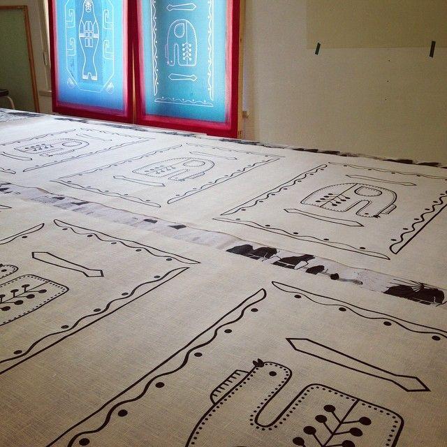 Tuuliviiri painopöydällä. | Tuuliviiri (Weather Cock) on the line. #aapiste #korpiset #tuuliviiri #weathercock #kaartilanmäki #sulkava #käsinpainettu #silkkipaino #handprinted #screenprinted #pellava #linen
