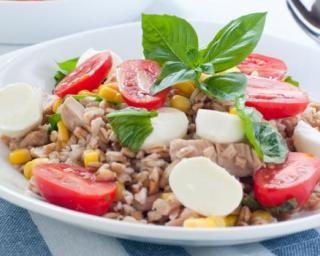 Salade de riz rassasiante au thon et oeufs durs : http://www.fourchette-et-bikini.fr/recettes/recettes-minceur/salade-de-riz-rassasiante-au-thon-et-oeufs-durs.html