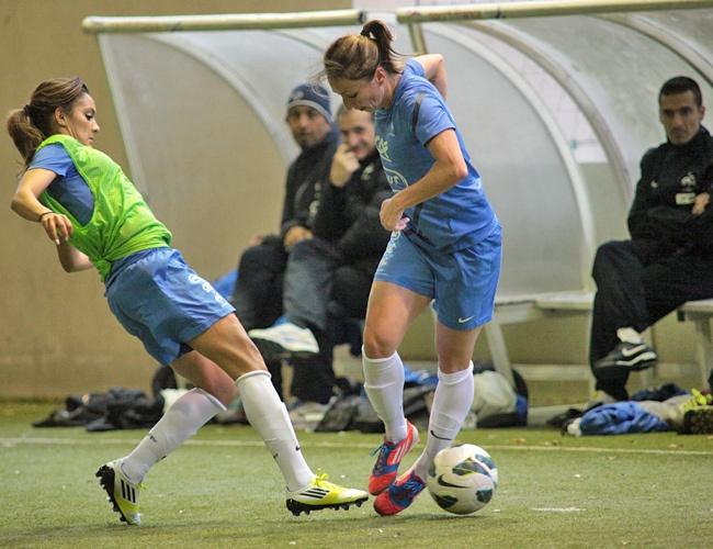 L'équipe de France Féminine de Football prépare son match amical contre l'Angleterre. (Gaétane Thiney vs Louisa Necib). Photo F.F.F.