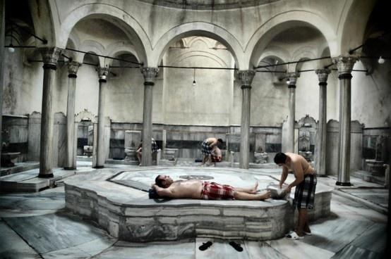 Hamam de Cagaloglu fue construido en 1741 y lleva en funcionamiento desde este tiempo. Es el último ejemplo de este tipo de grandes baños en el Imperio Otomano. aestambul.com