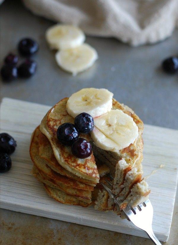 Kokospannkakor med banan - 1 portion (5 plättar/små pannkakor)  2 ägg 1 liten banan (ca 80 gram) 1 ½ msk kokosmjöl 2 krm bakpulver ev. ½ krm vaniljpulver   Mixa samman alla ingredienser med en stavmixer. Värm smör i en (eller två) stekpanna och gör små pannkakor/plättar. Gör gärna två i vare stekpanna. Det tar ca fem minuter innan man kan vända plättarna.