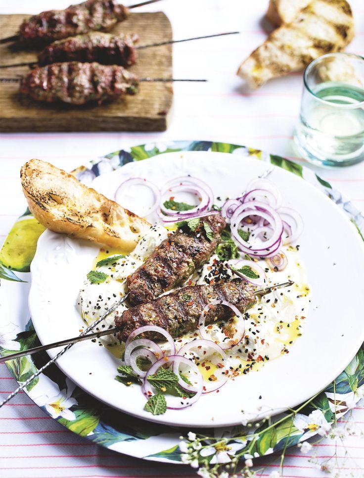 Recept van foodies magazine van lamskebab met yoghurt en munt-knoflookolie.