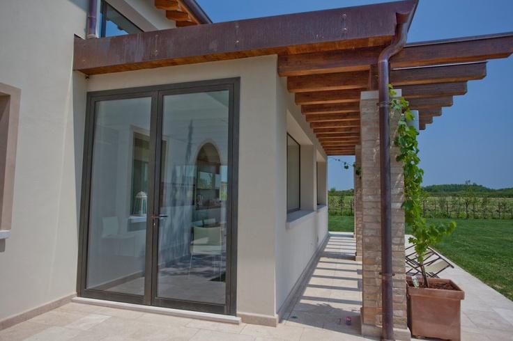 Finestra in larice spazzolato e laccato portoncino for Porte patio lift and slide