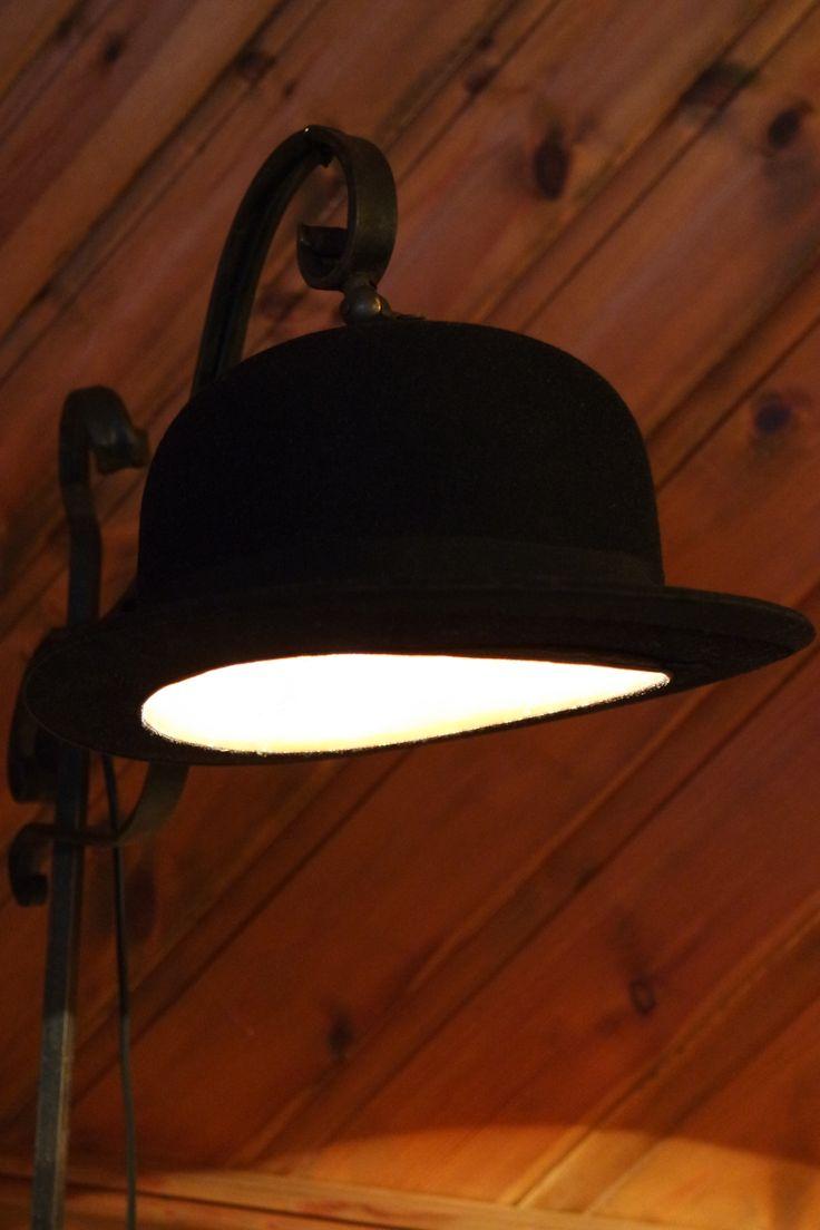 Smijernslampe med gammel bowlerhatt som lampeskjerm, denne fikk jeg til jul av guttene mine :) 2014