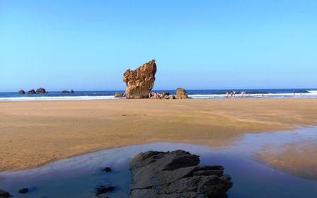 La playa de Aguilar es la más importante del Concejo de Muros de Nalón, es una playa preciosa, muy tranquila y de suave arena.