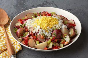 Essayez cette recette revisitée : les pommes de terre encore chaudes sont enrobées de vinaigrette huile et vinaigre, et les œufs durs râpés ajoutent une touche fort bienvenue à ce classique. À servir lors de votre prochain pique-nique en famille!