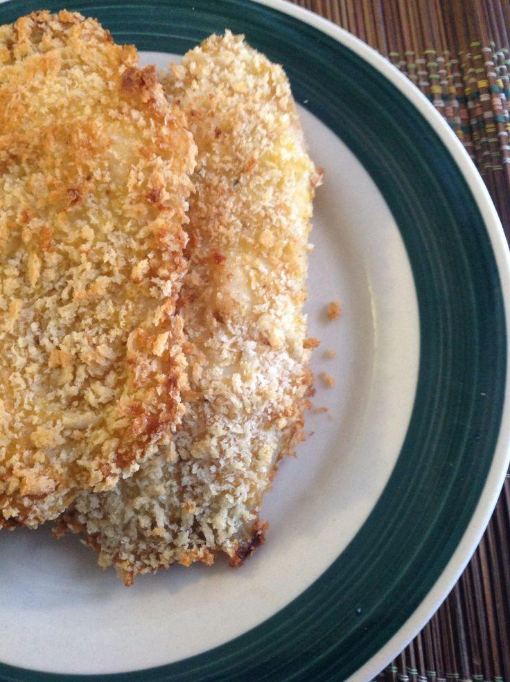 Tilapia pané au Panko  2 œufs battus 1 tasse de farine assaisonnée de sel, poivre, zeste de citron 1à 1,5 tasse de Panko 4 filets de tilapia  Battre les œufs dans un bol Mettre le Panko dans un bol et la farine dans un autre. Enrober un à un les filets de tilapia dans l'ordre suivant: - farine, œuf, Panko Mettre au four à 400F et cuire 10-12 minutes par côté Servir avec riz et légumes préférés :)