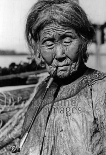 Sibirische Frau, 1934 Timeline Classics/Timeline Images #Zigarette #cigarette #rauchen #smoking #Frau #black #white #photography #schwarz #weiß #Fotografie #historisch #historical #traditional #traditionell #retro #nostalgic #Nostalgie #30er #30s #Sibirien #alt #Falten #Portrait #Lebensalter #Alter #Konzept #Atmosphäre