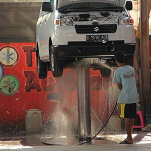 Cuci Steam Mobil | Mencuci mobil menggunakan steam jet yang memang dikhususkan untuk mencuci dan membersihkan eksterior dan interior mobil. Steam jet benar-benar aman untuk permukaan mobil jika digunakan dengan baik. Bahkan steam jet mempunyai manfaat untuk membersihkan dan menghilangkan bau. Keistimewaan lainnya, cuci mobil steam ini ramah lingkungan.