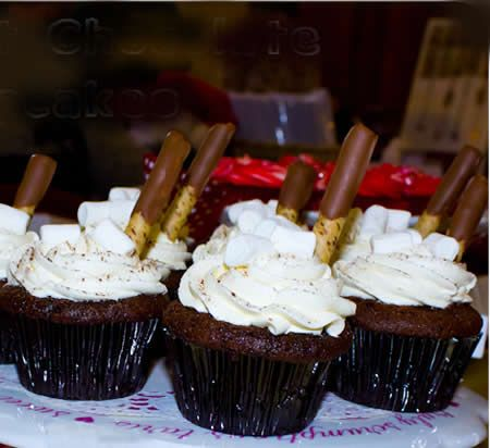 Hot Chocolate Cupcakes for Christmas: Simply just bake your tasty cupcake and have a taste of these delicious Christmas hot chocolate cupcakes.