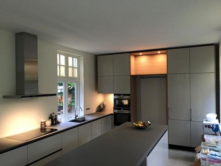 Opgeleverde Italiaanse keuken van stosa met doorgang naar bijkeuken door kastenwand