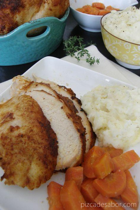 Pollo rostizado en la crockpot u olla de cocción lenta con puré de papa y zanahorias