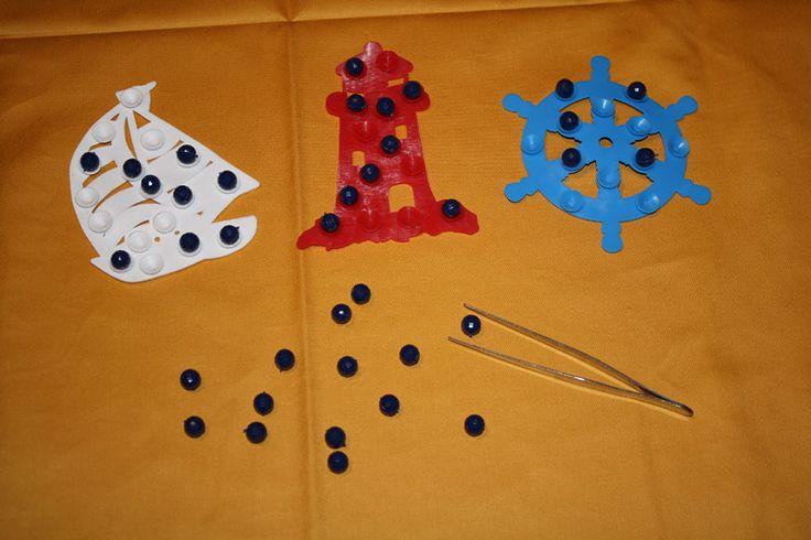 M.     Anti-Rutsch Motive für die Badewanne, bzw. für die Dusche, eine Pinzette und ein paar kleine Perlen oder Naturmaterialien wie getrockneten Mais, Linsen oder Erbsen.