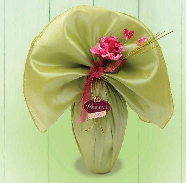 """Σοκολατένιο αβγό """"Butterfly"""" του ιταλικού οίκου Vannucci, από έξτρα σκούρα σοκολάτα (60% κακάο), τυλιγμένο με ύφασμα και διακοσμημένο με λουλούδι. Μέσα θα βρείτε και κομψό δωράκι! Καθ.βάρος: 300γρ., Ύψος: 46εκ. www.besweet.gr"""