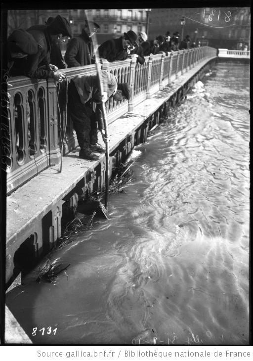 31-1-1910, Pont Sully, [inondations de Paris, 4e arrondissement, dégagement des débris empêchant l'écoulement de l'eau] : [photographie de presse] / [Agence Rol]