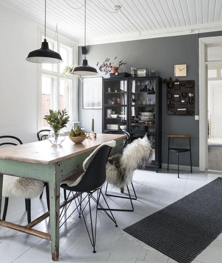 Kök gammalt rustikt bord turkos svart vitrinskåp svart kökslampa fårskinn