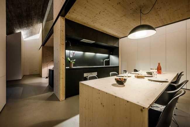 V prízemí sa nachádza kuchyňa a obývacia izba, ktoré nie sú oddelené dverami, čím sa opticky zväčšuje priestor.