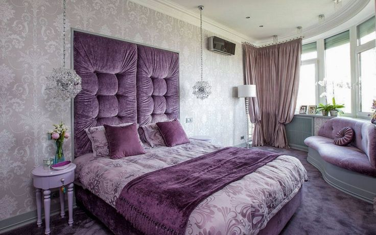 Серые обои в интерьере спальни с фиолетовой мебелью и шторами