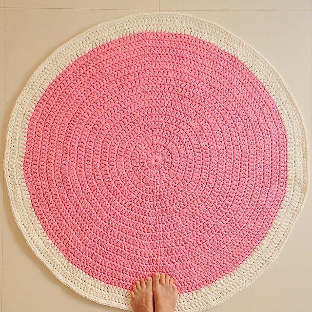 #mulpix Ternura define... Tapete de #crochê com #fiodemalha rosa e branco, para o quarto de uma linda princesa!!!  #artecomeuroroma #handmade #trapilho #trapillo #pragentemiudatapetes #tapete