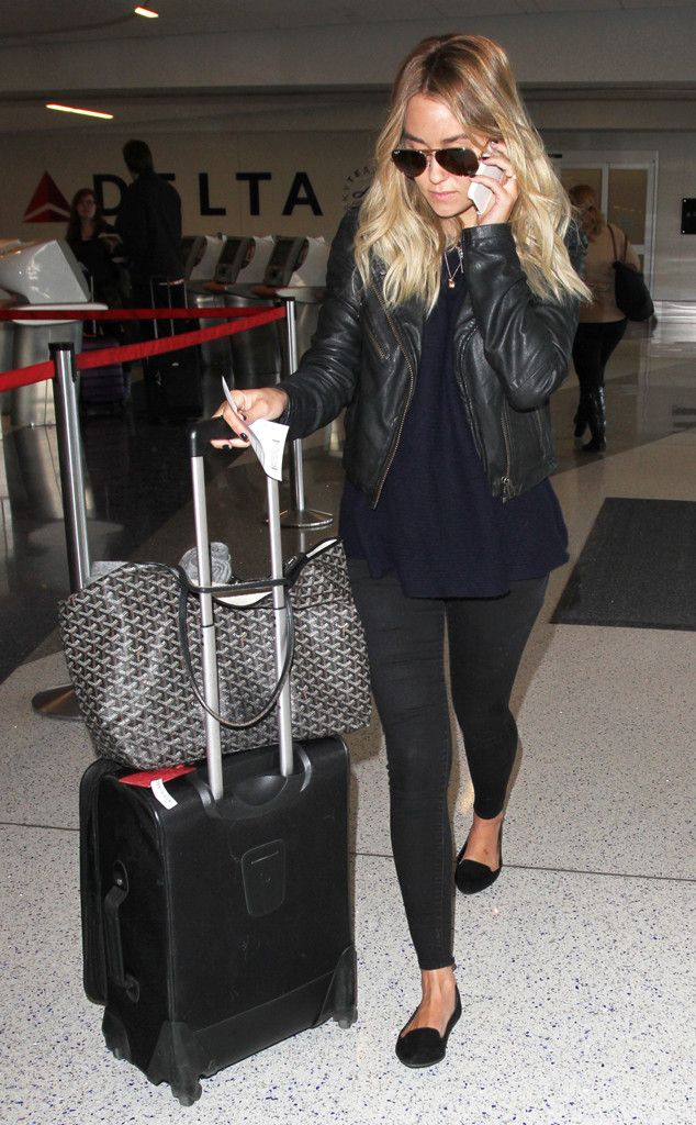 Lauren Conrad accessorized her casual jet-setting look with a badass black leather jacket and classic aviator sunnies for added flair!