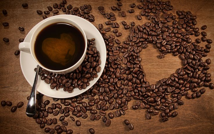 Una taza de café, granos de café colocado en forma de corazón patrón Fondos de pantalla - 1680x1050