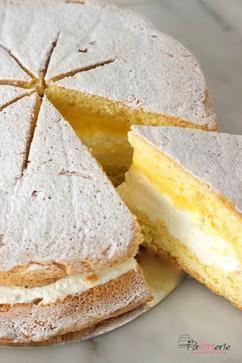 De klassieke Sneeuwster, een luchtige cake met slagroom en advocaat.