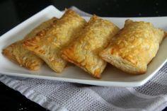Het recept voor deze zelfgemaakte kaasbroodjes komt van Naziema vanToetjestafel. Met maar een paar ingredienten kun je zelf kaasbroodjes maken en smaken ze nog lekkerder dan wanneer je ze bij de Bakker haalt. Benieuwd hoe je zelf kaasbroodjes kunt maken? Lees dan gauw verder!Heb jij ook een lekker en simpel gerecht?Stuur je recept (met foto)...Lees Meer »