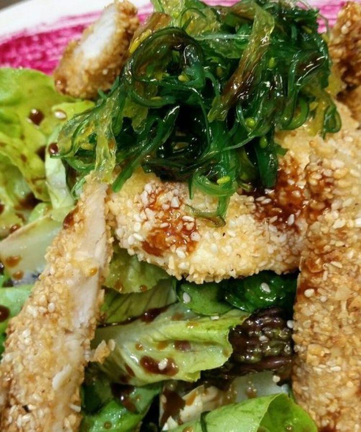 Πράσινη σαλάτα με φύκια, τηγανητό κοτόπουλο και σάλτσα σόγιας