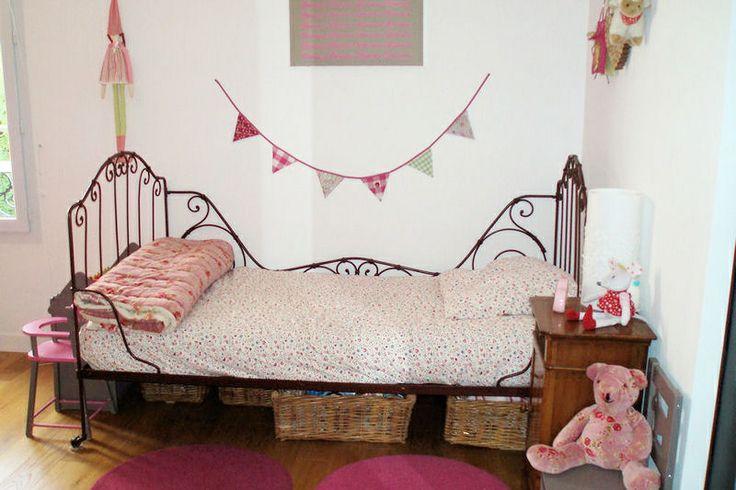 La sobriété du fer forgé mélangé aux fleurs roses pâle donne une douceur à la chambre