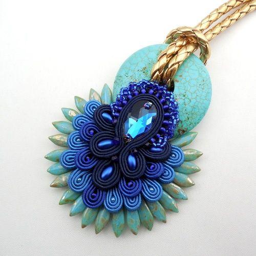 Kleopatra – piękny i unikatowy wisiorek wykonany pracochłonną techniką haftu sutasz w kolorach złota, granatu i turkusu.