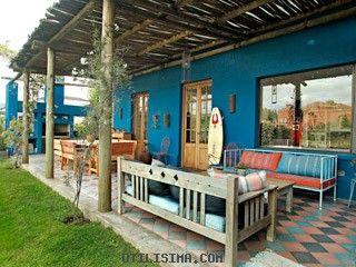 Los colores vibran en el exterior del hogar. El piso llama la atención y atrae pensamientos vacacionales