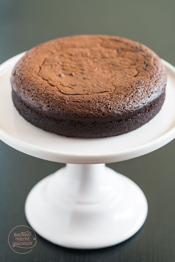 Rezept für einen superleckeren Schokokuchen ohne Mehl und Nüsse - so feucht und saftig, dass er glatt als Brownie oder Dessert durchgeht | www.backenmachtgluecklich.de