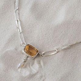 Silberkette mit Zitrin und Süßwasserperle Hand geschmiedete Gliederkette aus 935er Silber mit einem großen Zitrinanhänger und einer kleinen Süßwasserperle. Knebelverschluss.  Zitrin: 11mm x 9mm 3,79 ct  Brasilien/ Kettenlänge: 44 cm  Unikat