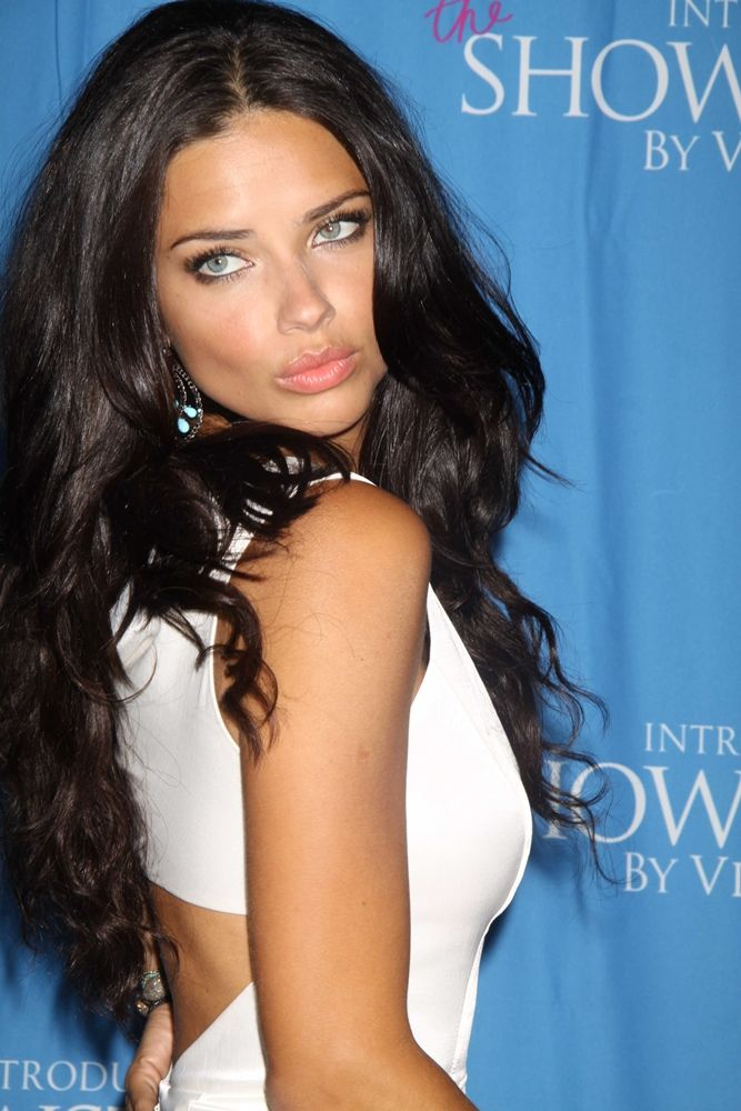 i dont know who she is. she kinda looks like megan fox but she is stunningly beautiful