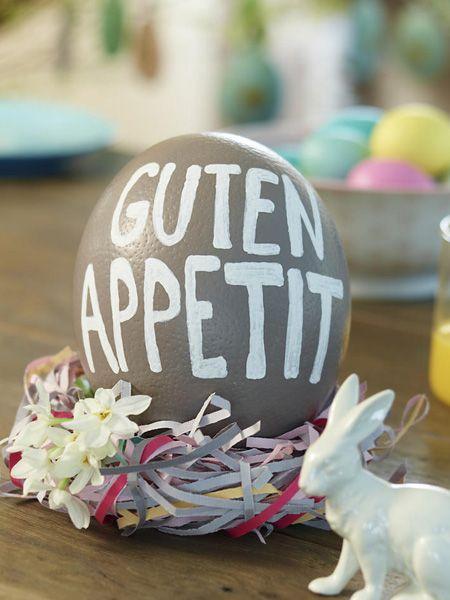 Ostern wird es bunt auf dem Tisch, denn was die Farben angeht, darf es ein bisschen aufgefallener zugehen. Hier kommen 8 DIY-Ideen für
