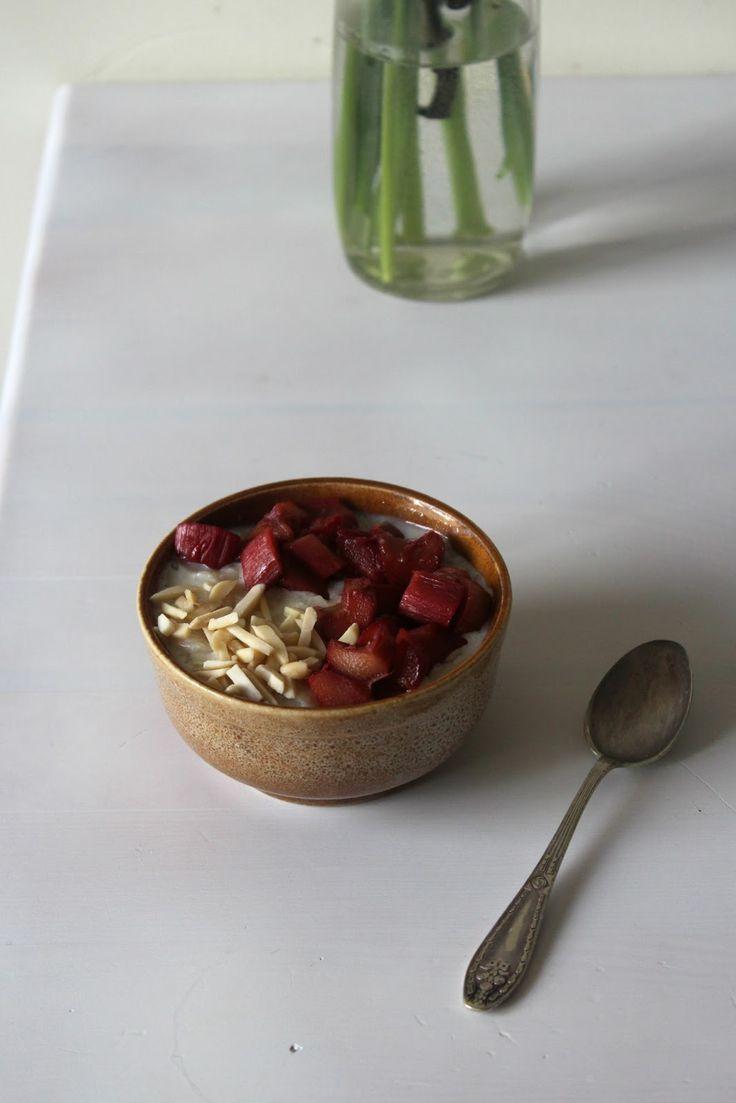 Tost z dżemem - pomysły na śniadanie: Waniliowe płatki ryżowe z karmelizowanym rabarbarem i migdałami