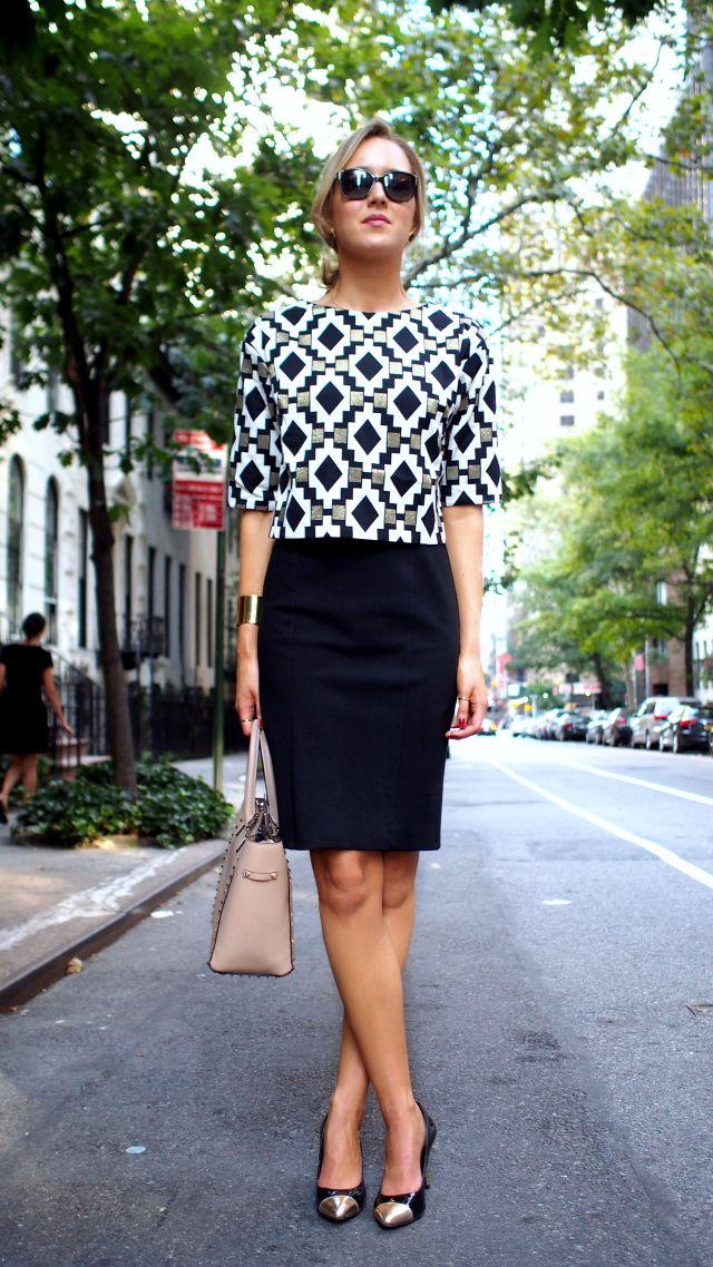 blusa estruturada com estampa geométrica e saia lápis preta