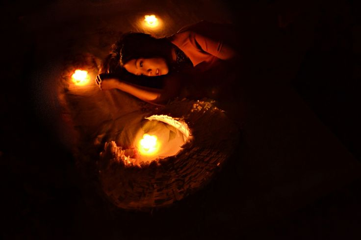 Свечи и темнота в комнате сделали своё дело