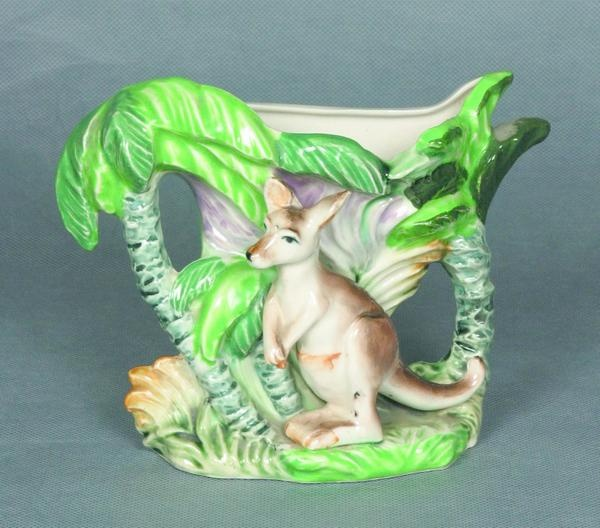 Retro kangaroo and palm tree wall hanging or standing vase Australia, circa 1960, 14 cm high, 20 cm wide