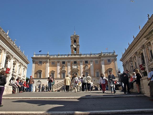 Praza do Campidoglio (antigo Capitolio). Ao fondo o Concello de Roma, e aos lados os museos Capitolinos.