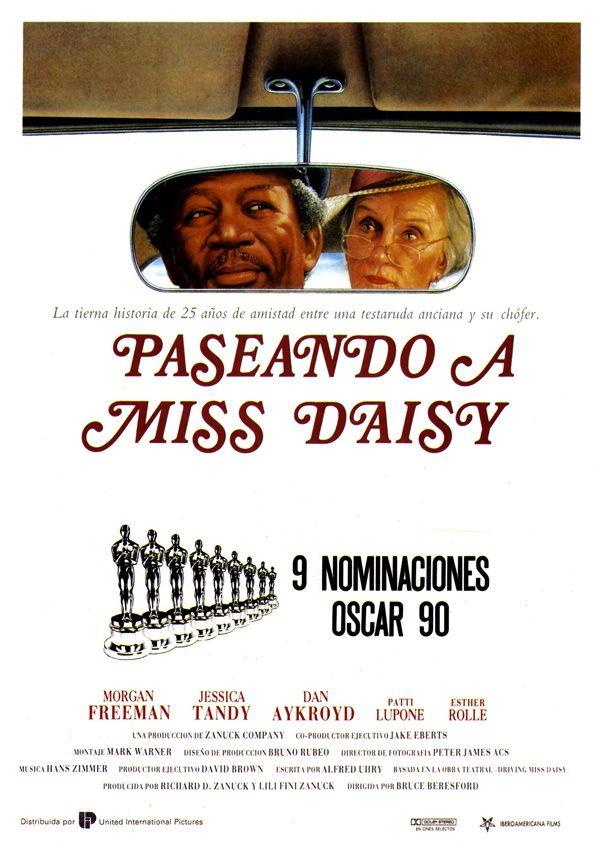 Miss Daisy (Jessica Tandy) es una antipática y autoritaria profesora jubilada de 72 años. Tras sufrir un accidente conduciendo su coche, su hijo (Dan Aykroyd), temiendo por la vida de su madre, contrata a un chófer negro (Morgan Freeman) para que la lleve de paseo. Al principio, la desconfianza de la anciana respecto al tranquilo conductor es absoluta.