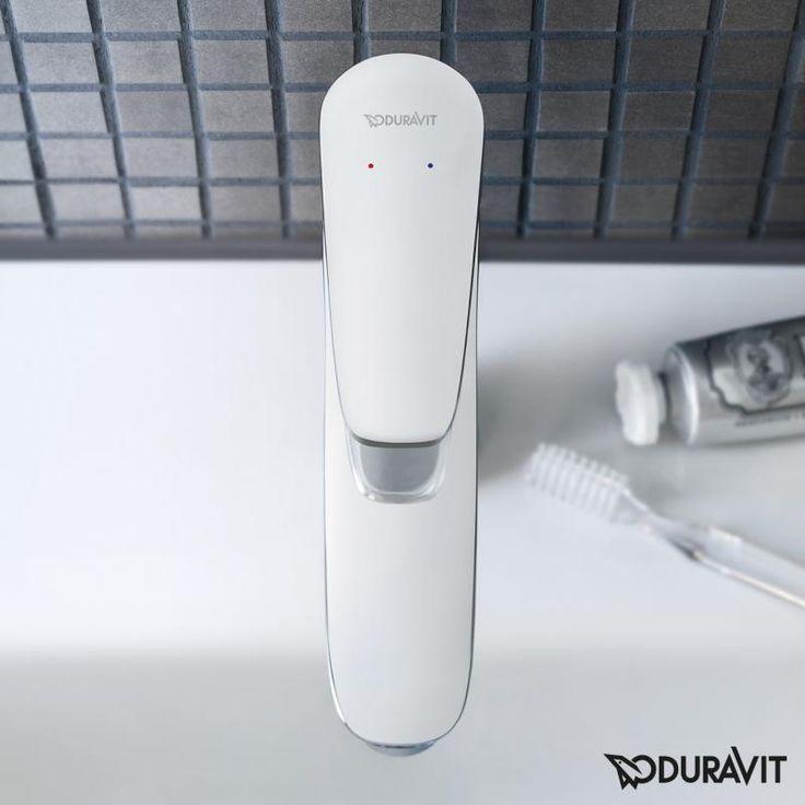 Duravit B.1: Freuen Sie sich auf runde Formen und höchste Funktionalität! Ausgestattet mit einem Normalstrahl und integriertem Luftsprudler, der die optimale Strahlausrichtung gewährleistet, ist die Waschtischarmatur etwas ganz Besonderes. Der Luftsprudler kann zusätzlich um 10° verstellt werden, für mehr Komfort am Waschtisch. Der Wasserverbrauch liegt bei lediglich 5,3 Litern pro Minute. #waschtischarmatur #wasserhahn #wasser #bad #badezimmer #klassisch #duravit #waschbecken #reuterde…