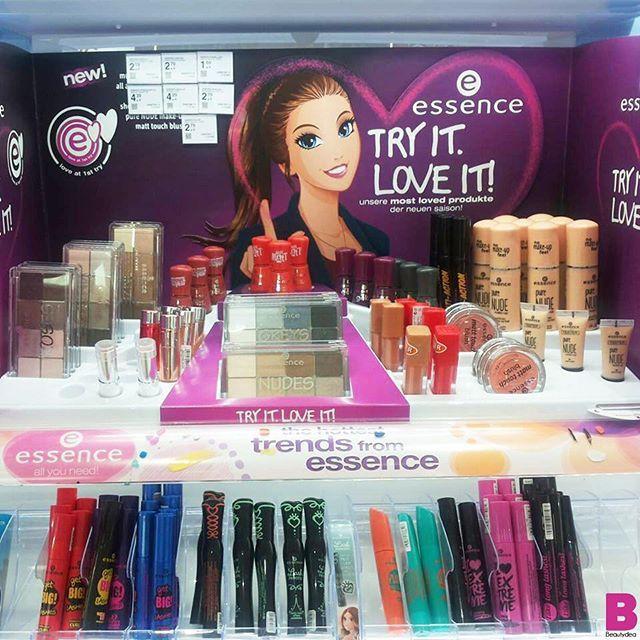 La nostra Valentina ha già scovato all'estero le super novità @essence_cosmetics che da noi arriveranno in Autunno! Tra le new entry piu attese ci sono i nuovi fondotinta i rossetti liquidi e i blush opachi! VOI COSA VORRESTE PROVARE? #beautydea #essence #preview #makeup #blogger #instabeauty #beautyblogger #beauty #essencecosmetics