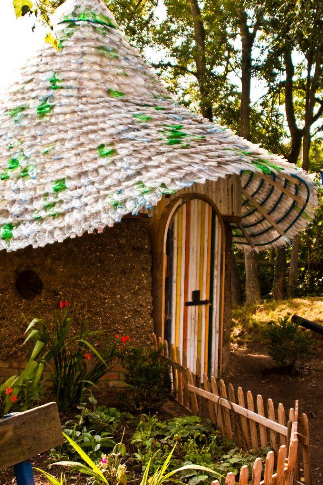 Домик с крышей из 7000 пластиковых бутылок. Поделки из пластиковых бутылок для сада (77 фото): простой и оригинальный декор | http://happymodern.ru