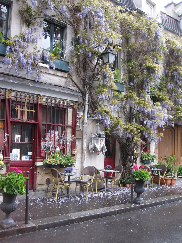 a lovely little cafe that I stumbled upon while in Paris last week.