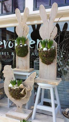 Steigerhouten Hazen en Kippen met bloemwerk van mos en bollen, ook leuk om een ruif aan te hangen: