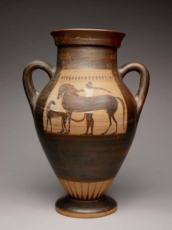 """Anfora attribuita al """"Gruppo delle foglie d'edera"""". 540-530 a.C. Sul fronte, un giovane uomo si prepara alla caccia con il cavallo e il cane, (sul retro, un cervo e una lepre in fuga) Art Institute, Chicago."""