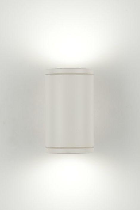 Artikel 71404 Een mooie buitenlamp / wandlamp, uitgevoerd in modern mat wit. Aan de onderkant en bovenkant wordt de cilinder afgedicht met een mat glas waardoor een mooi effect op de muur ontstaat. Geschikt voor achterzijdebedrading.  http://www.rietveldlicht.nl/artikel/wandlamp-71404-aluminium-wit-mat-rond