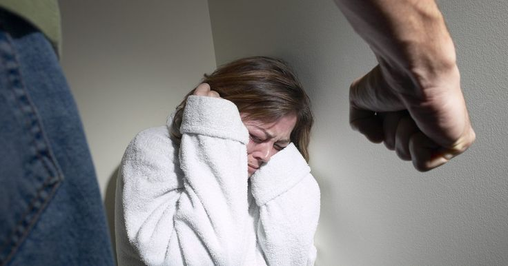 Cómo manejar el abuso emocional de tu marido . El abuso emocional es por desgracia un problema serio para muchas mujeres casadas. Si te sientes degradada, poco apreciada o temerosa, o la falta de un fuerte sentido de ti misma, puedes ser víctima de abuso emocional. El abuso emocional es más difícil reconocer que el abuso físico, y de hecho, los abusadores emocionales puede que no tengan ni ...