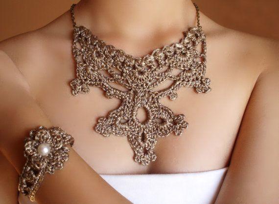 collar y pulsera victoriano #steampunk dorado tejido en #crochet. Diseño…                                                                                                                                                                                 Más